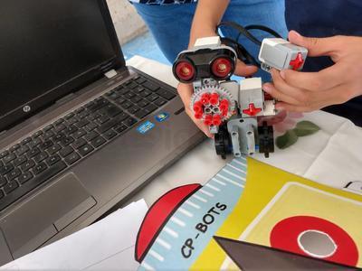 De ahí el trabajo conjunto se desarrolló en colonias populares con niñas y niños a quienes motivaban a incursionar en el área de la ciencia y la tecnología, mismo que dio como resultado un taller de robótica.