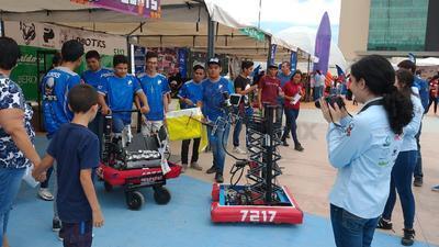 En la explanada de la Plaza Mayor se lleva a cabo el Primer Festival de Robótica que organiza el ayuntamiento de Torreón y el Instituto Municipal de Cultura y Educación (IMCE).