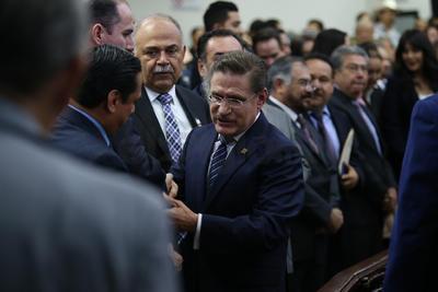 Al saludar a los asistentes destacó la presencia de Carlos Mendoza Davis, gobernador de Baja California Sur; Francisco Domínguez Servién, gobernador de Querétaro, y Martha Erika Alonso Hidalgo, gobernadora electa de Puebla.