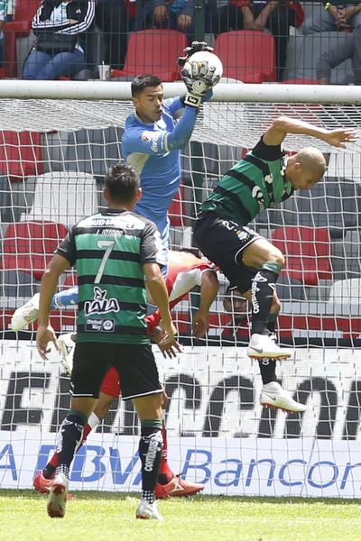 El arquero mexicano Alfredo Talavera rescató varias jugadas durante el partido.