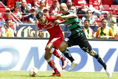 Dória y Triverio disputan un balón en la zaga.