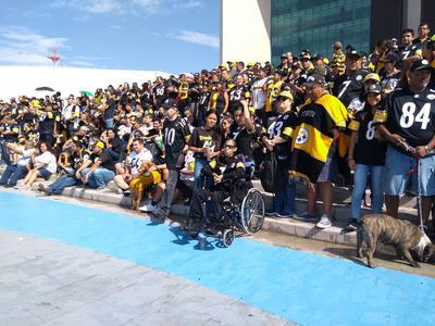 Hasta la plaza llegaron aficionados con su jersey de los Steelers.