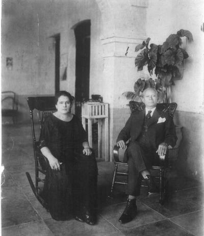02092018 Doña Elena Sánchez Pacheco (f) y don Juan C. Wah (f) en 1930.