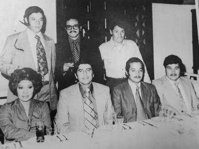 02092018 Comida de graduación en septiembre de 1975. Claudio Aguirre, Eloy Artea, José Luis Ruiz, Pepita Jiménez, Paulino Lugo, Ricardo Romo y Luis Guzmán.