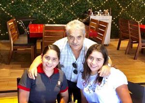 02092018 DíA DEL ABUELO.  Felipe García Martínez con sus nietas, Ana Karen y Romina Sofía.