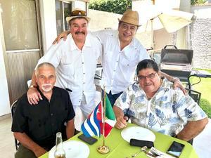 02092018 DISFRUTAN RICA COMIDA.  Pepe del Bosque, René Campos, Víctor Hugo Hernández y Ramón Betancourt recordaron anécdotas en Cuba.
