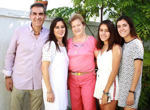 02092018 MUY CONTENTOS.  Familia Ramírez Lozano acompañados de Mio Lozano.