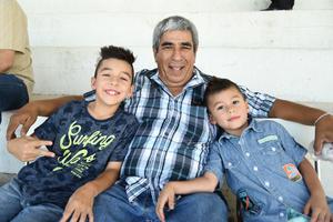 03092018 Luis Lazarín con sus nietos, Bruno y Damián.