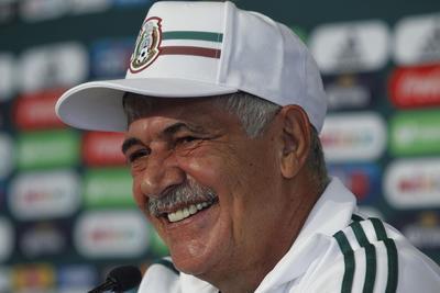 Sonriente se le pudo ver al técnico brasileño durante su presentación.