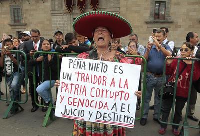 A las afueras del Palacio Nacional se registraron protestas contra el gobierno de Peña Nieto.