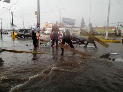 En los bulevares las calles se inundaron debido a las fuertes lluvias registradas.