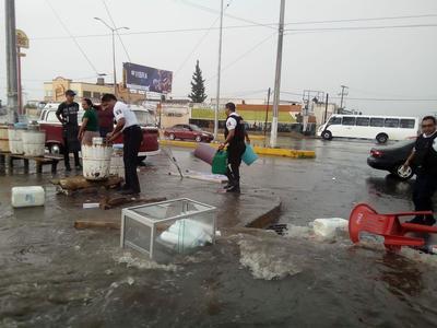 Elementos de la Policía de Saltillo apoyaron en las labores en algunos cruceros para intentar obstaculizar el paso del agua.