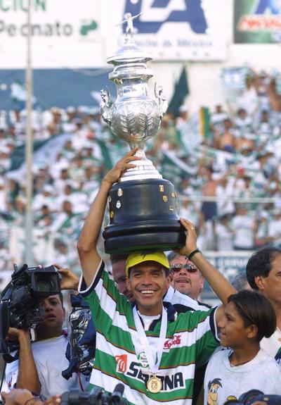 Jared Borgetti con el trofeo del campeonato ante Pachuca.