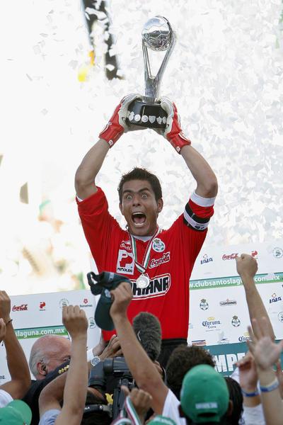 El excapitán santista, Oswaldo Sánchez, levantando el trofeo en el 2008.