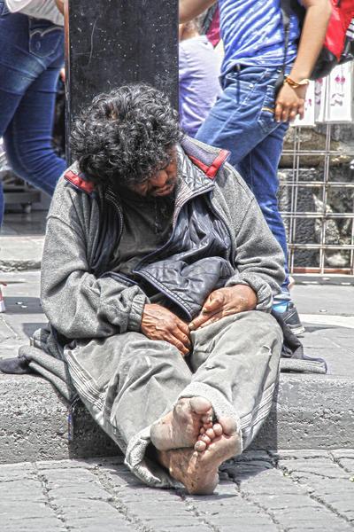 Esfuerzo. Algunas personas, aunque no están en condición de indigencia, decidieron hacer de la calle su lugar de trabajo. En este caso, un hombre se gana la vida mediante las manualidades.