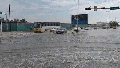 Intensa lluvia azotó Torreón la madrugada del martes.