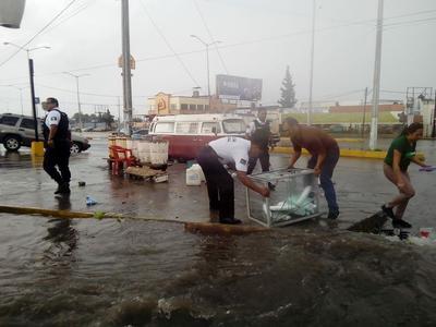 Las lluvias en Saltillo ocasionaron que las calles quedaran inundadas.