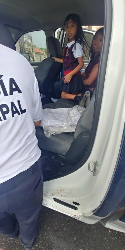 Ciudadanos fueron rescatados tras quedar varados en sus vehículos.
