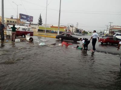 Tras las fuertes lluvias, se hicieron esfuerzos por obstaculizar el paso del agua en algunas vialidades.