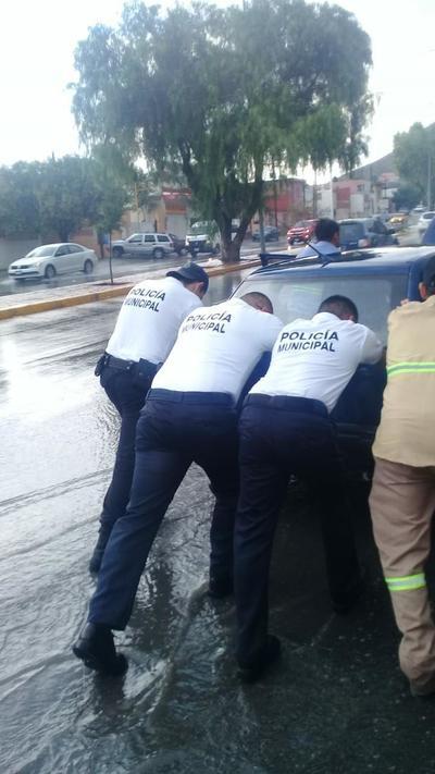 Elementos de la Policía de Saltillo apoyaron a conductores que quedaron varados en diferentes puntos de la ciudad.