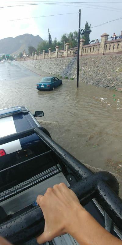 Algunos vehículos quedaron varados debido a las inundaciones.