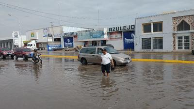 Peatones no tuvieron otra oportunidad más que cruzar por las calles inundadas.