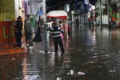 En el centro, las patrullas dieron auxilio a los conductores para salir de las calles inundadas.