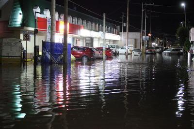 Esto causó que a las ocho de la noche predominaran los vehículos dañados que flotaban en las calles.
