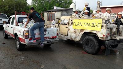 Autoridades realizaron la entrega de kits de limpieza, así como de alimento a los damnificados.