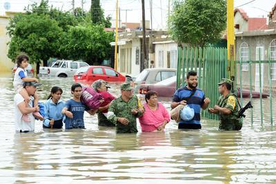 Militares ayudaron a las familias.