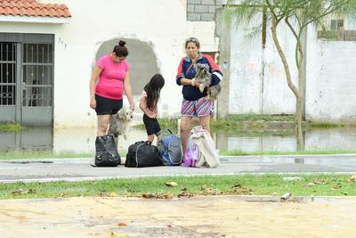 Familias tuvieron que dejar sus viviendas ante la inundación.