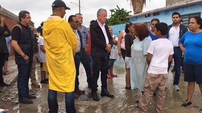 El alcalde Jorge Zermeño acudió a la colonia Santiago Ramírez.