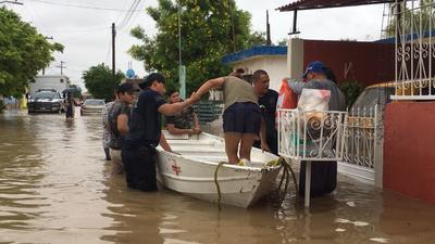 Familias tuvieron que se evacuadas luego de las lluvias que ocasionaron que la laguna de regulación se viera rebasada en su capacidad.
