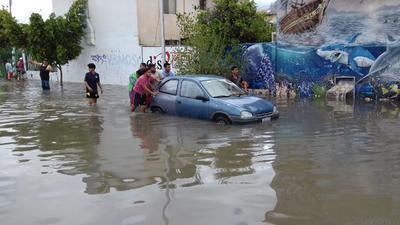 Vehículos han quedado varados por el agua.