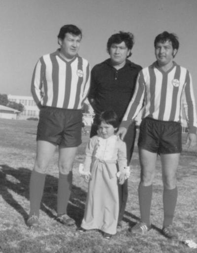 """09092018 Raúl y Eladio con su hija, Tracy, y su entrenador, Rafael """"Ray"""" Mendez (f) en 1977, campeones del American Racing de Long Beach, California."""