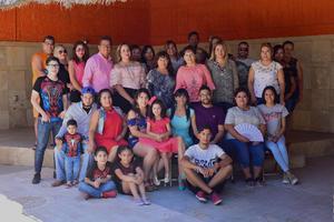 09092018 EN FESTEJO.  Hilda Romero acompañada de sus seres queridos.