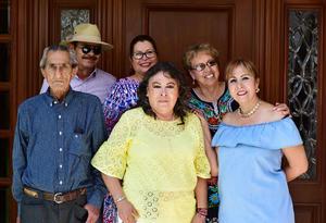 10092018 UN AñO MáS DE VIDA.  Mayela Román celebró su cumpleaños recientemente. En la imagen, la acompañan sus hermanos: Alicia, Mary Carmen, Jesús, Marcelo y Elba.