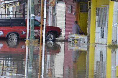 En las colonias del oriente aún hay inundaciones.