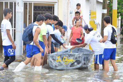 Víveres, agua embotellada y costales de arena es lo que han llevado hasta las viviendas que se encuentran anegadas, con apoyo de transportistas y de la Dirección de Seguridad Pública.