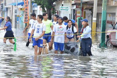 Jóvenes del grupo de Scouts VI Orión, en coordinación con alumnos del Colegio Cervantes y del ITESM campus Laguna, llevan a cabo labores de ayuda para los vecinos de las colonias del oriente de Torreón afectadas por las inundaciones.