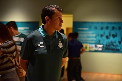 Recorrieron la sala donde se muestra la historia del futbol nacional.