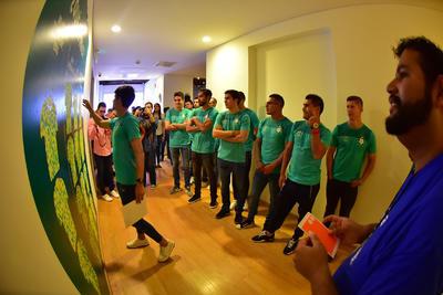 Y es que la totalidad del plantel, con excepción de los seleccionados tanto de México como de Ecuador, se dieron cita en pleno centro de Torreón después del mediodía, donde por espacio de una hora, pudieron admirar toda la colección de los diferentes equipos del balompié azteca, algunos ya desaparecidos, de la selección mexicana, sin faltar el gran espacio que se le brinda al Club Santos Laguna.