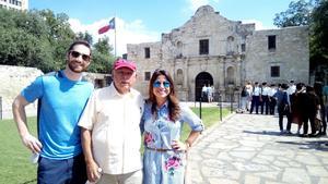 12092018 DE PASEO.  Alejandro Rodríguez con David James y  Elizabeth Delgado en El Álamo en San Antonio, Texas.