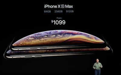 El iPhone XS Max tiene una pantalla de 6.5 pulgadas (16.5 centímetros), la más grande de la compañía hasta la fecha.