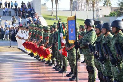 Durante el acto cívico se brindaron los honores a la Bandera Nacional, así como la colocación de la ofrenda floral.