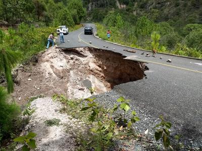 Las lluvias que se han estado presentando, han ocasionado problemas considerables en las carreteras.