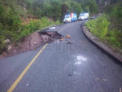 No esta totalmente trozada toda la carretera, pero solo son 3 metros los que se cuenta para pasar.