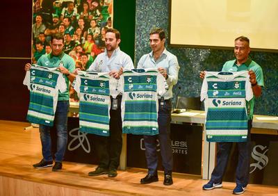 El diseño está inspirado en los colores más representativos del conjunto lagunero, a través de sus tres décadas y media de existencia, en una fusión de su nueva marca deportiva Charly Futbol y Pineda Covalin.