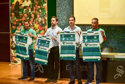 Con la presencia de los nuevos Guerreros de Honor, Juan Flores y Rafael Figueroa, se presentó este mediodía, el jersey conmemorativo del 35 aniversario de Santos Laguna, mismo que utilizarán el próximo domingo en su duelo de la fecha 9 ante León en el Estadio Corona.