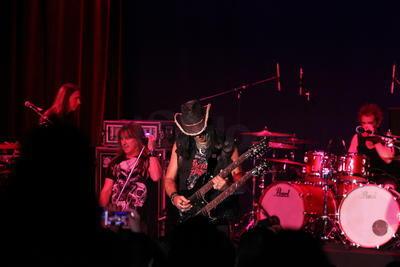'Los chicos solo quieren rock' fue su carta de presentación. 'La otra cara de la moneda' y 'Rock and roll hotel' resonaron enseguida.